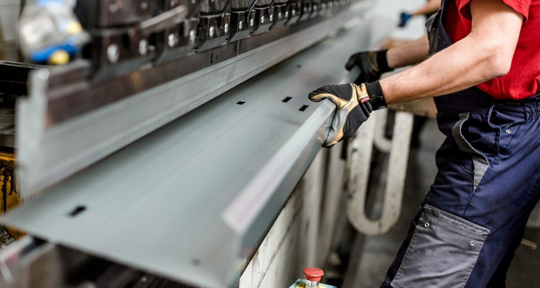 Na naszych urządzeniach wykonujemy obróbki i gięcia elementów o długości do 8 metrów.
