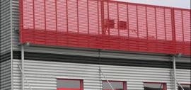 żaluzje zainstalowane na budynku