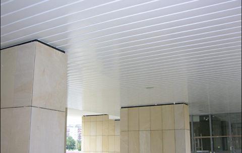 sufit wykonany z paneli typu SC